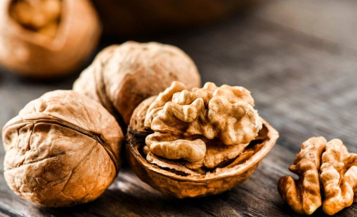 4 Foods To Eat Before Bed walnuts